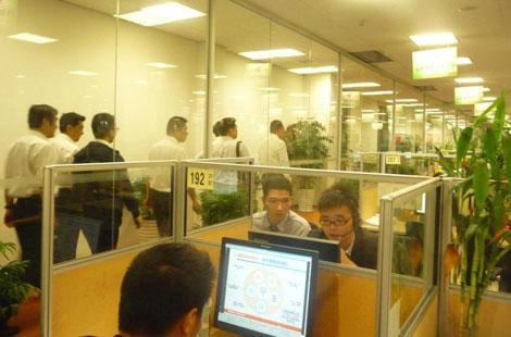 学员们参观平安集团员工工作区